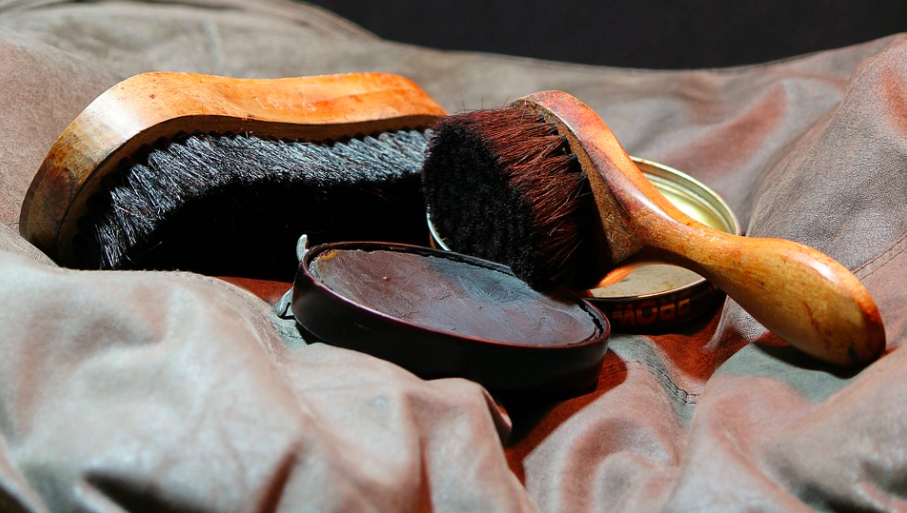 how to shine shoes: shoeshine shoe polish